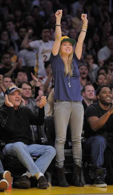 Actress Kaley Cuoco and her father Gary watch the Lakers play the New York Knicks.