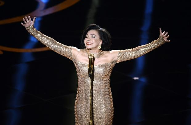 "Shirley Bassey performs ""Goldfinger"" during a tribute to the 50th anniversary of the James Bond franchise."