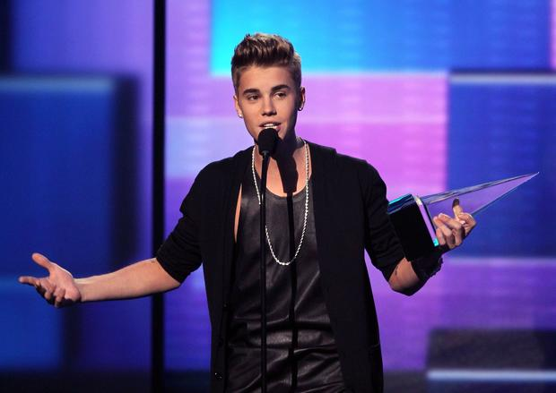 Justin Bieber accepts the American Music Award for pop/rock male artist.<br>
