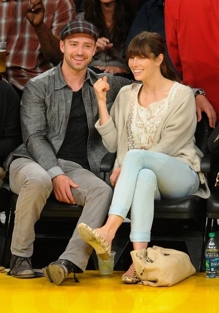 Justin Timberlake and Jessica Biel catch a Lakers-Nuggets game.