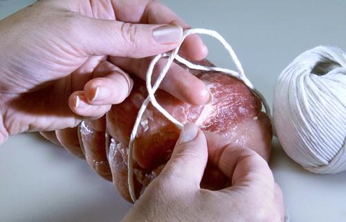 <b>STEP 1:</b> To make a butcher's slip knot, hold string with thumb, index finger and middle finger of left hand as shown.