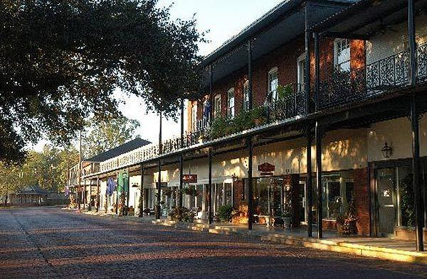 Natchitoches is the oldest settlement in Louisiana and still features architectural influences reminiscent of the French, Spanish, African and Caribbean people who contributed to its early history and development.
