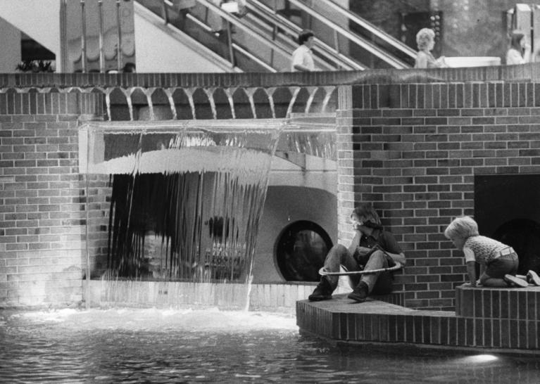 Classic photos: Woodfield Mall -- Chicago Tribune