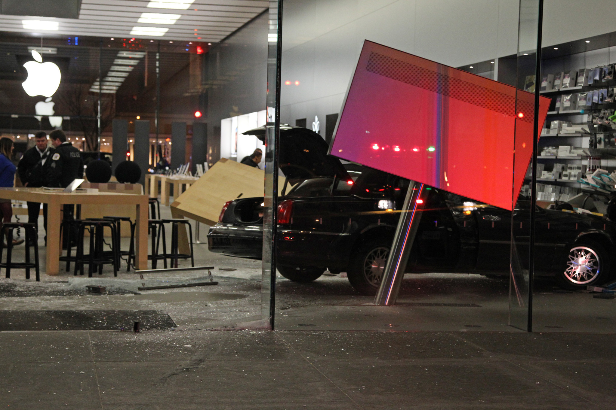 Car Drives Into Apple Store In Lincoln Park 1 Hurt Chicago Tribune
