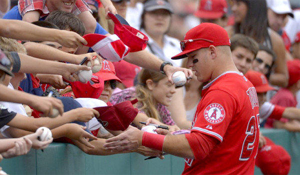 Mike Trout signing for his fans
