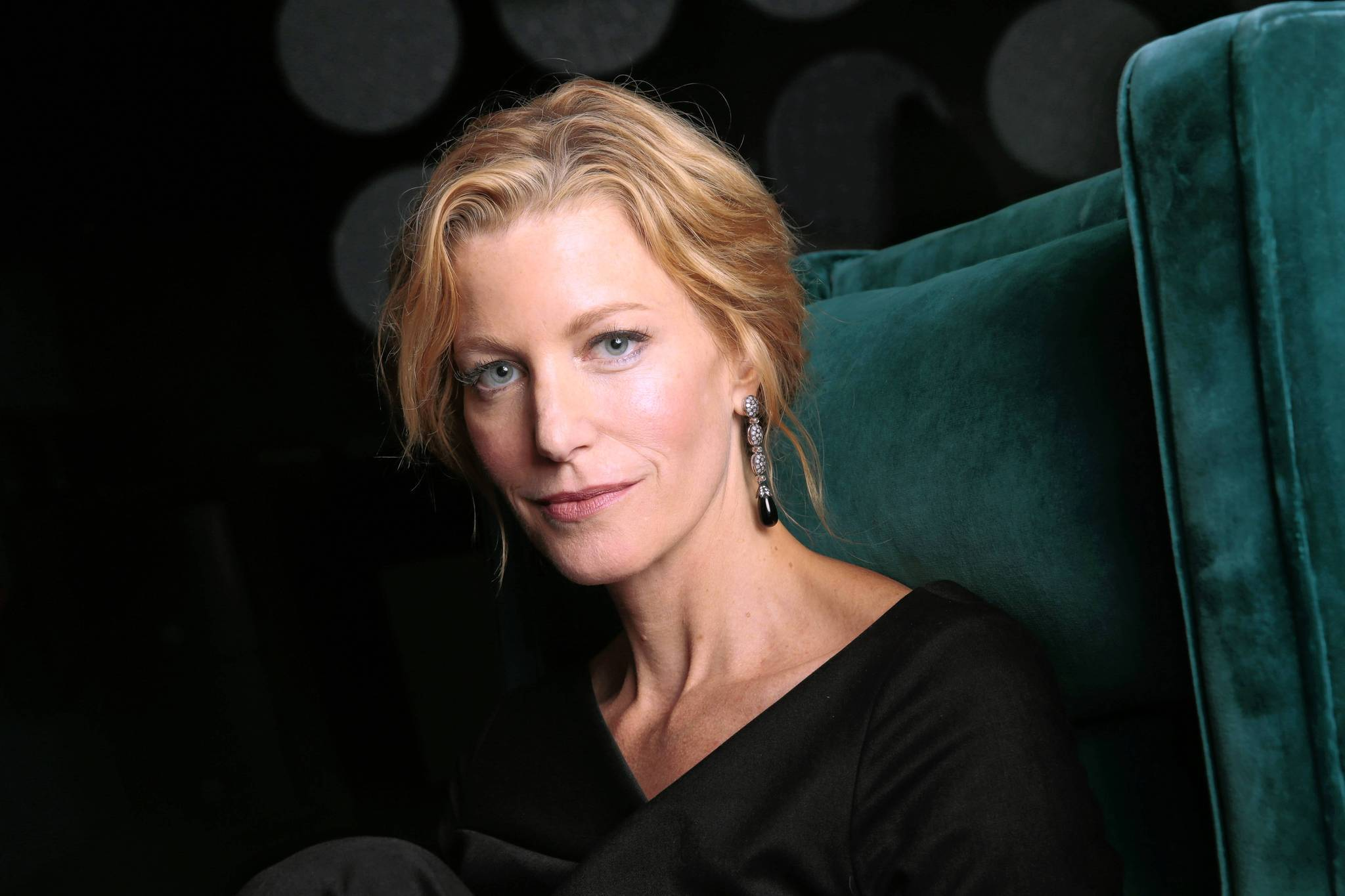 anna gunn holds tight on 39 breaking bad 39 finale daily press. Black Bedroom Furniture Sets. Home Design Ideas