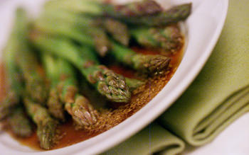 Japanese asparagus with pounded sesame sauce