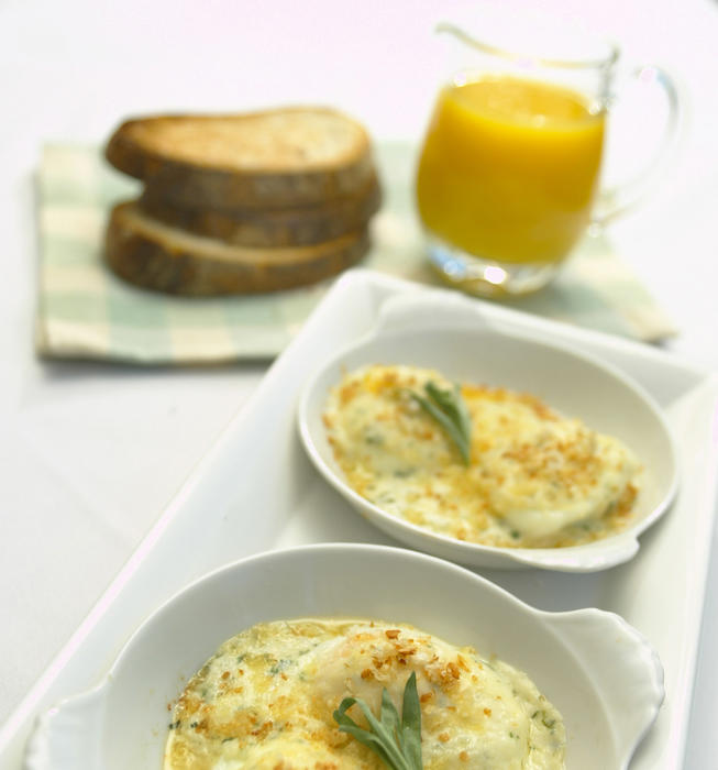 Poached eggs with tarragon cream