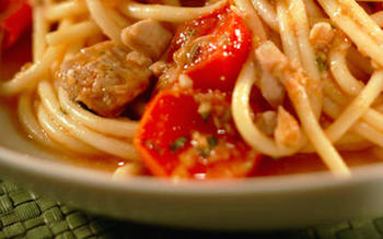 Spaghetti with tuna and cherry tomatoes