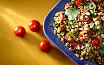 Lentil salad with tomatoes, zucchini and arugula