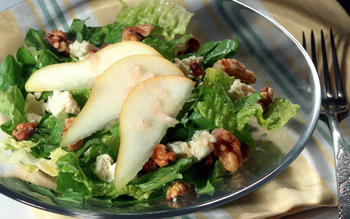 Fresh Pear and Romaine Salad With Blue Cheese
