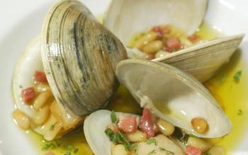 Clams with pine nuts and serrano ham