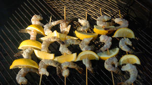 Grilled shrimp and lemon wedges