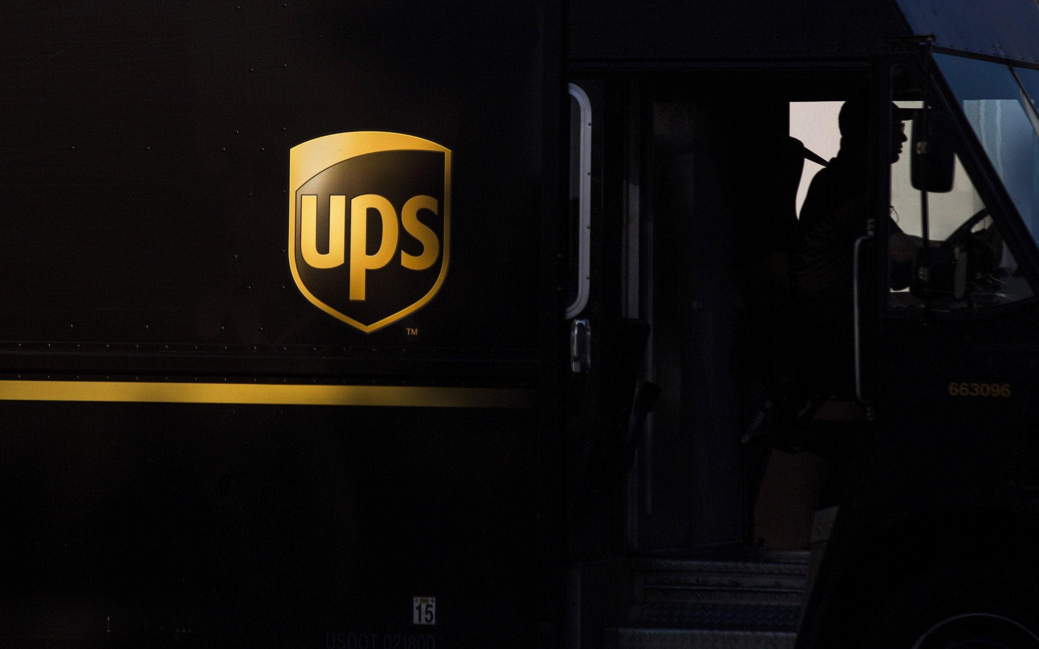 ups fedex scrambling to deliver late christmas packages orlando sentinel. Black Bedroom Furniture Sets. Home Design Ideas