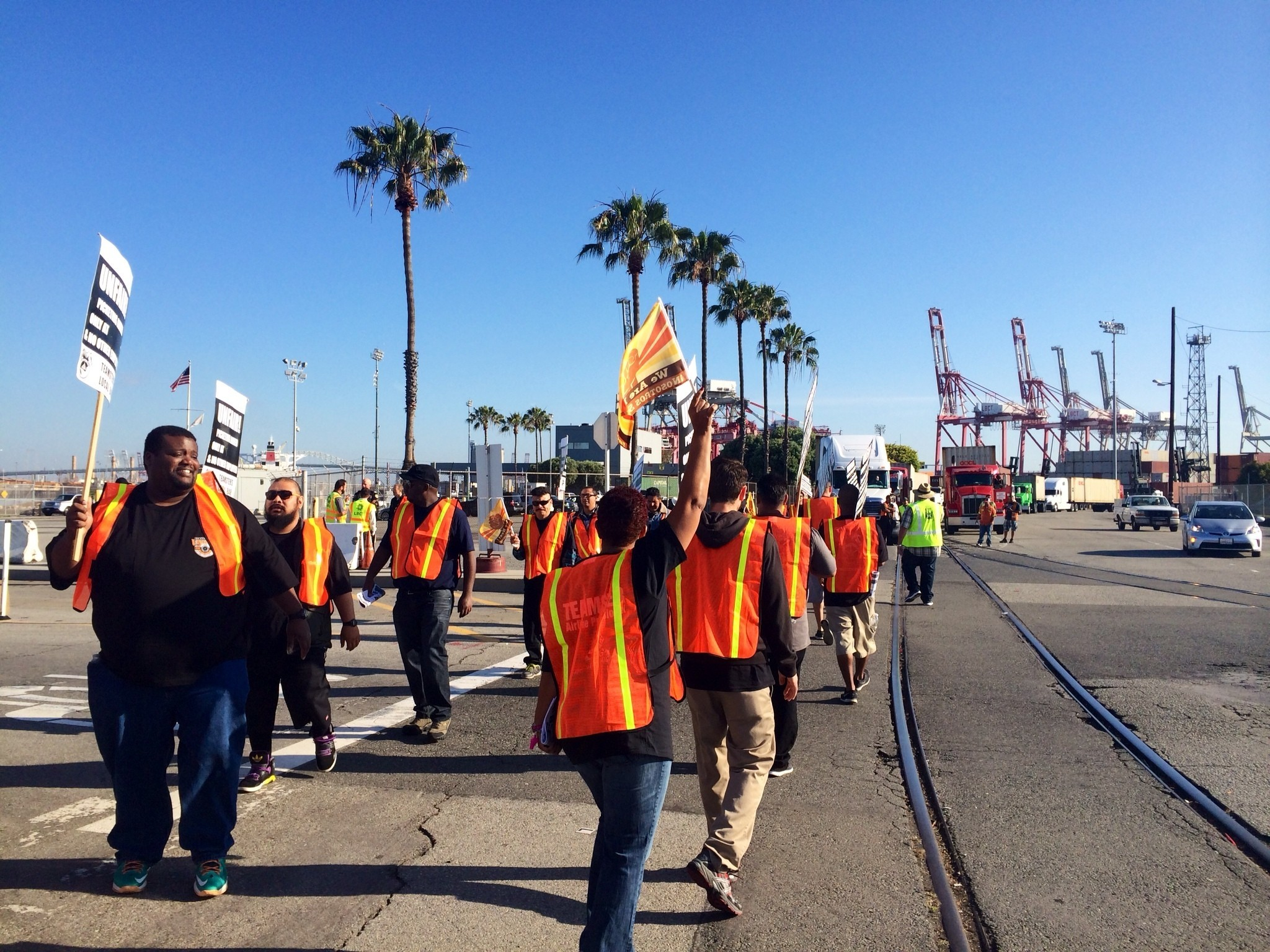 Dockworkers briefly honor truckers' picket line at Long ...
