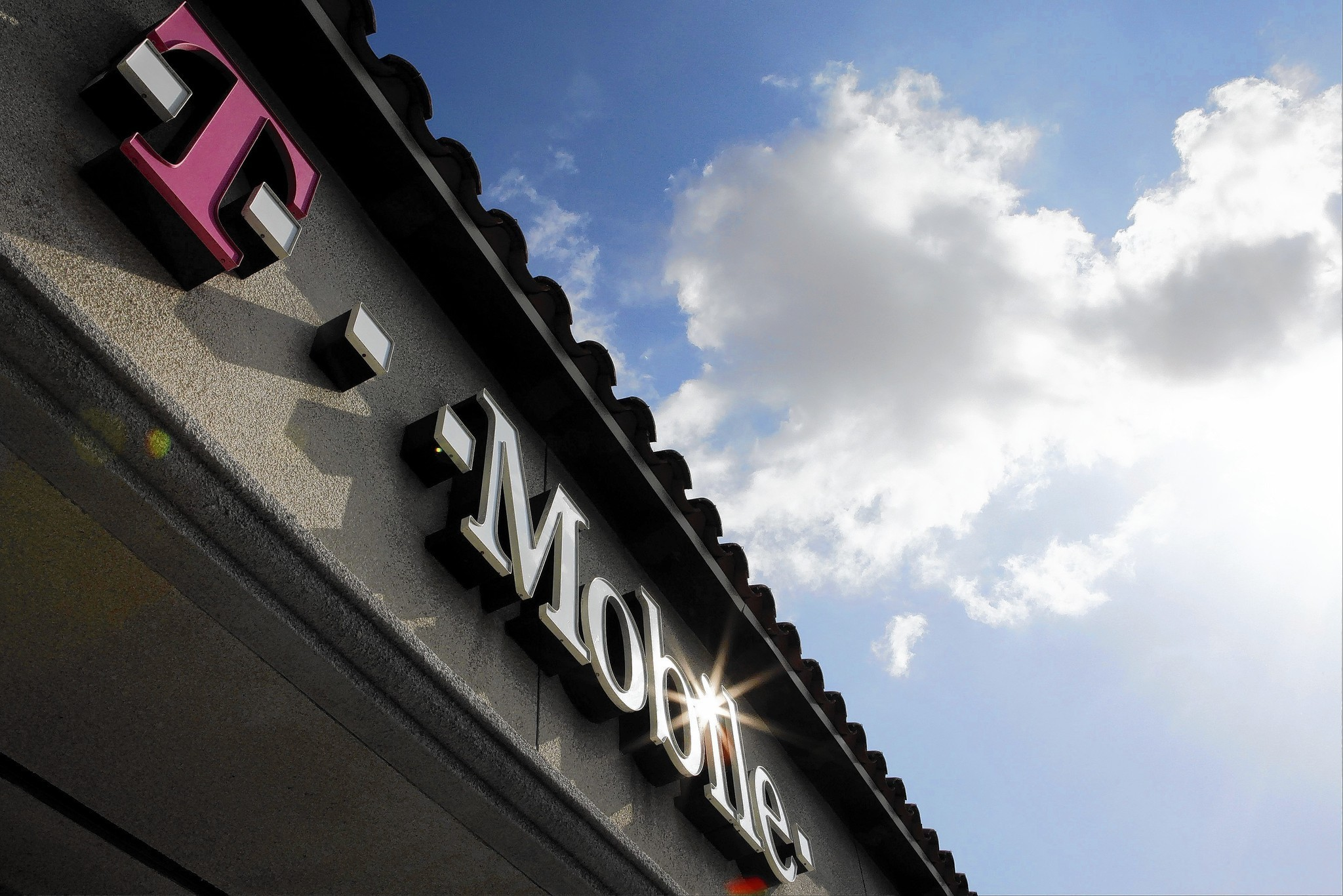 I am a Verizon customer and have excellent coverage, however I am thinking of switching because of price and I like the idea of t mobiles binge on. Does t mobile offer a free trial? I don't want to switch if the service ended up being unreliable.