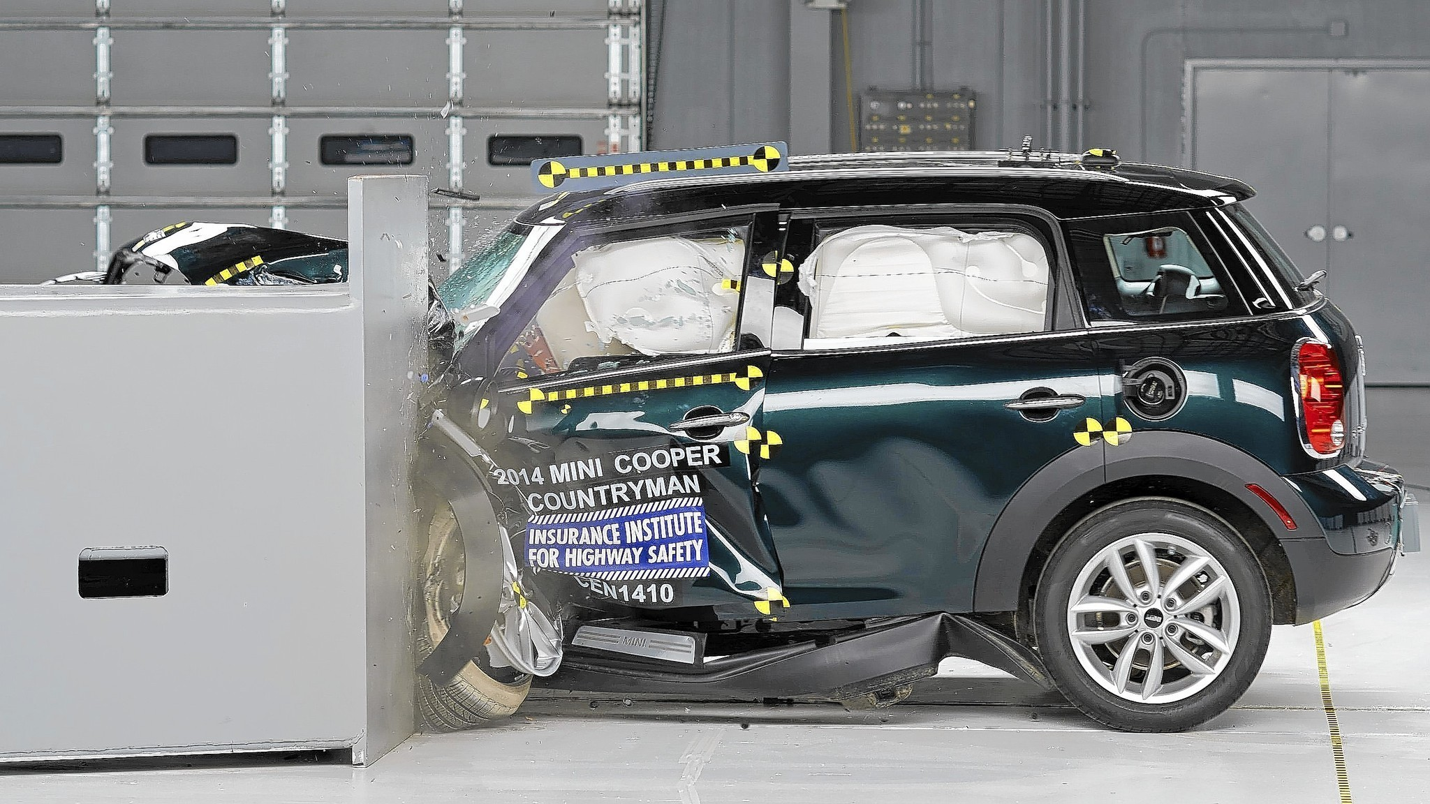 mini cooper countryman wins small car crash tests nissan leaf fails la times. Black Bedroom Furniture Sets. Home Design Ideas