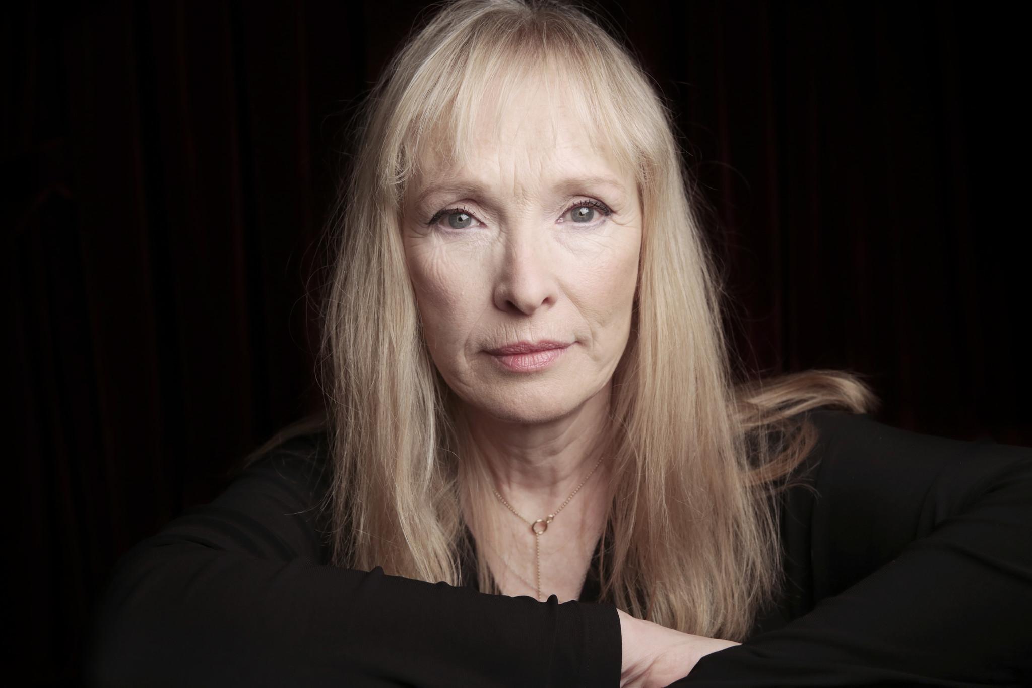 Lindsey Duncan est connu des fans de séries britanniques pour ses rôles  dans Doctor Who et Sherlock. Elle a aussi joué dans Pour une nuit d'amour,  ...