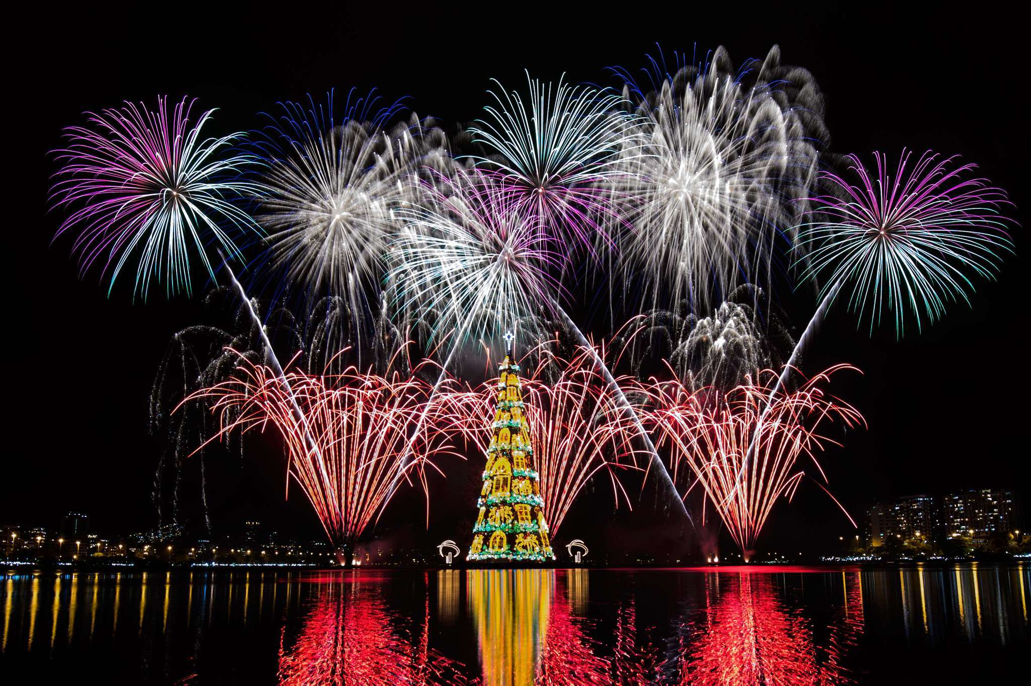 Christmas In Brazil.Brazil 278 Foot Floating Christmas Tree Sails Into Rio S