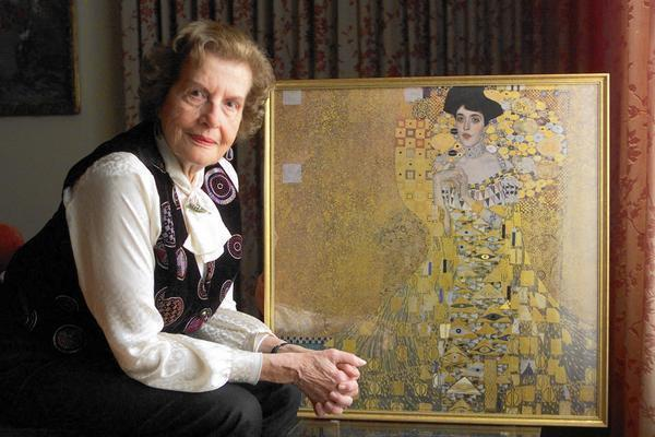 Real life Altmann with the painting 'Woman in Gold'