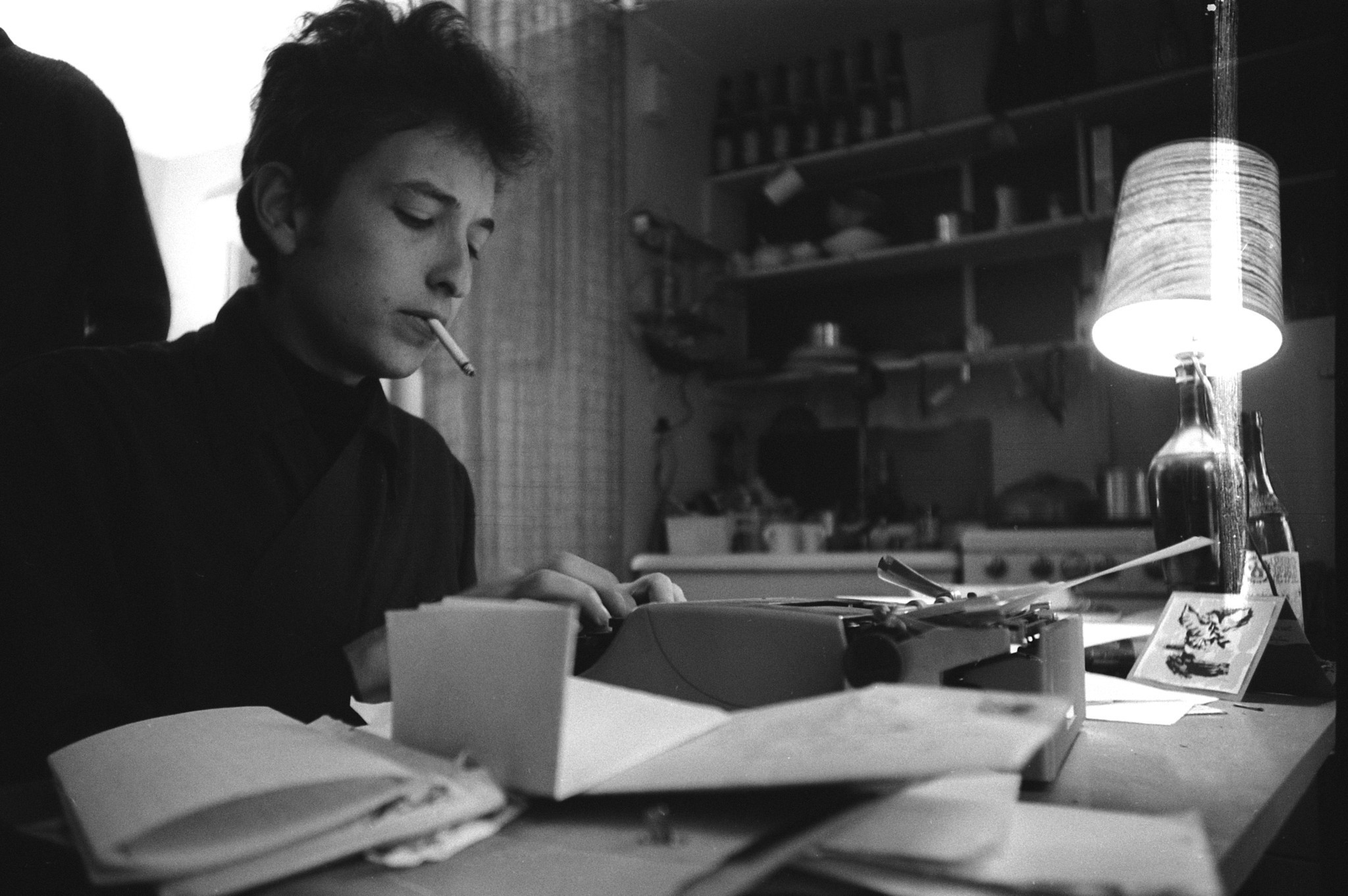 39 bob dylan nyc 1961 1964 39 features photographs of the young folk bard la times. Black Bedroom Furniture Sets. Home Design Ideas