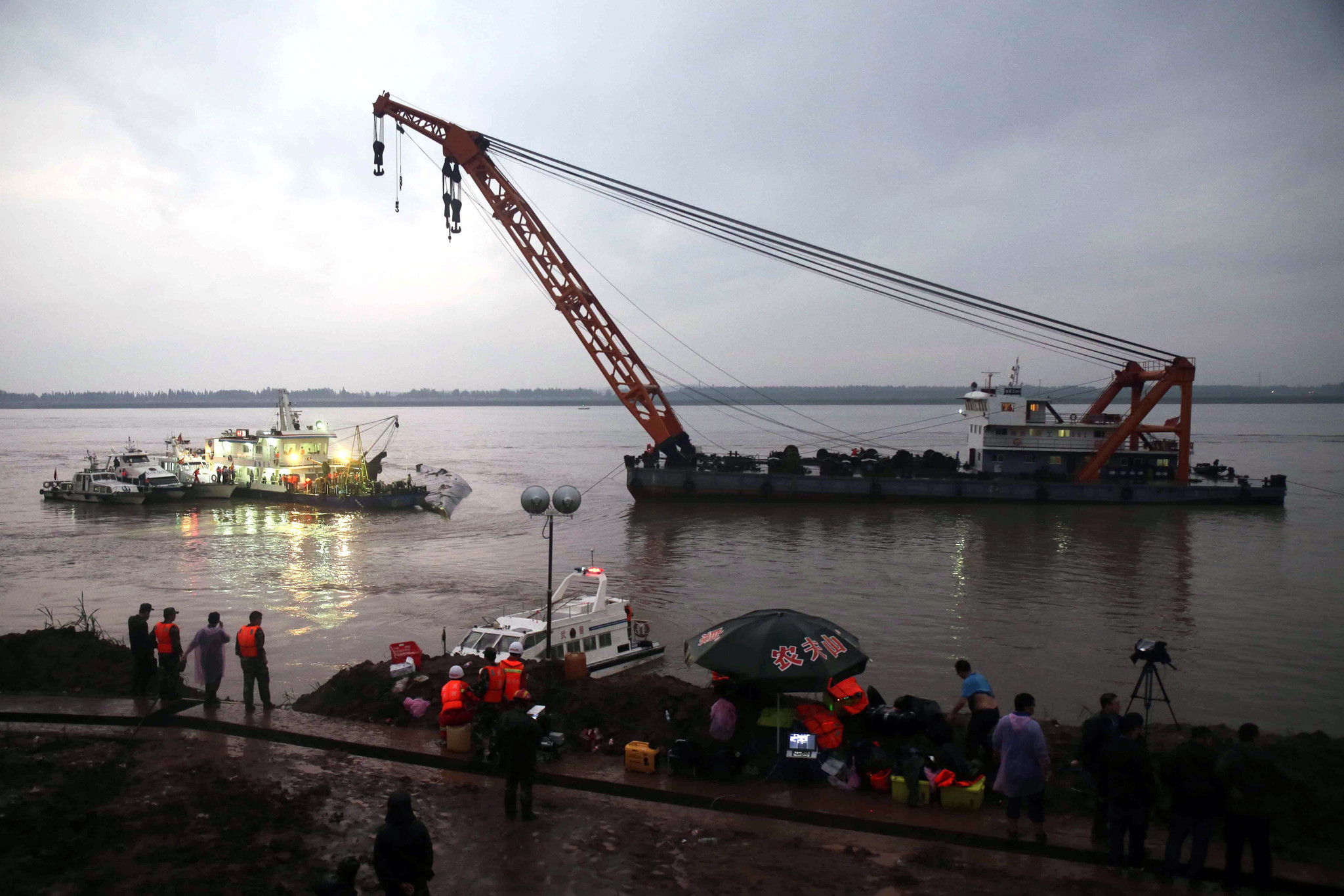More than 400 still missing from capsized cruise ship in ...