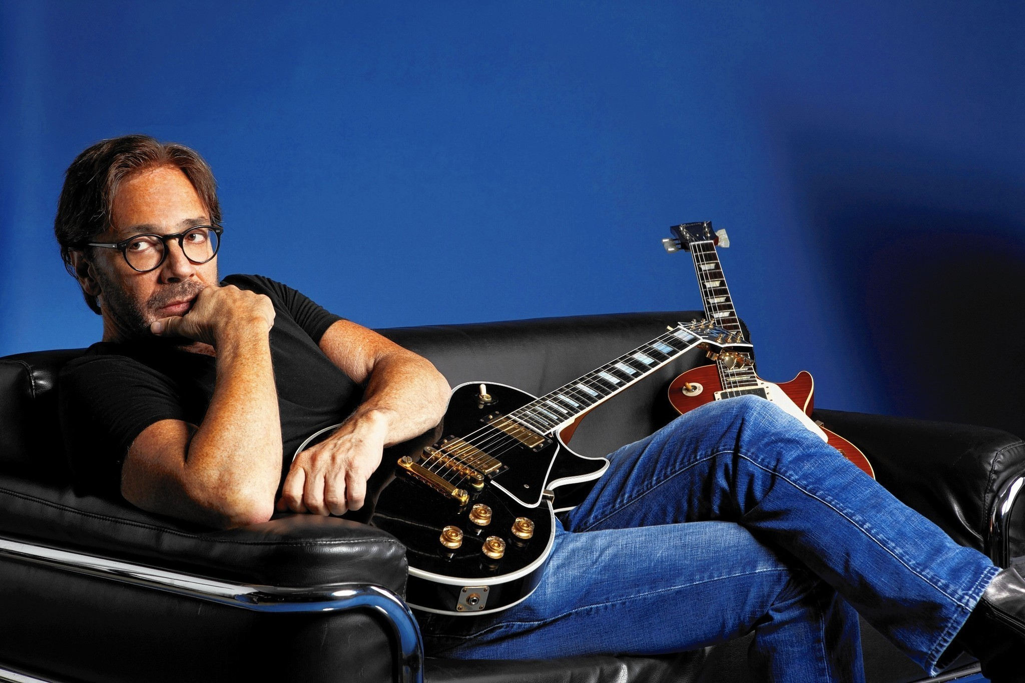guitarist al di meola plugs in again to revisit 39 70s sound hartford courant. Black Bedroom Furniture Sets. Home Design Ideas