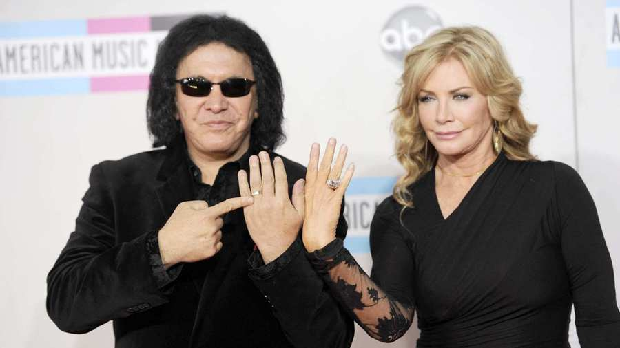 gene simmons 39 wife urges people to change passwords after home searched by lapd la times. Black Bedroom Furniture Sets. Home Design Ideas
