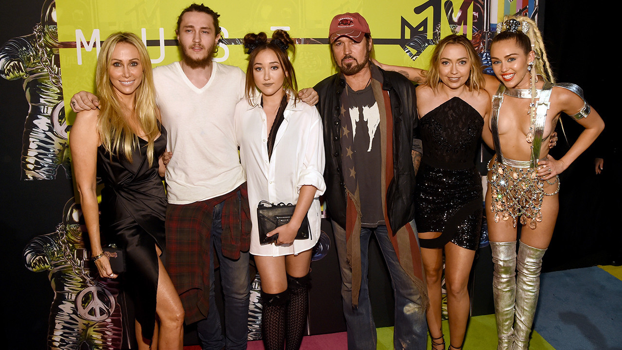 Watch the Cyrus family's jaw-dropping reaction to Nicki Minaj's on-stage Miley diss - Chicago ...