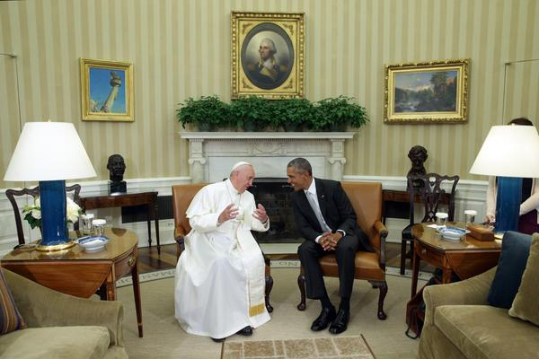 Pope Francis and  President Barack Obama talk in the Oval Office during the arrival ceremony at the White House.  (Photo by Alex Wong/Getty Images)   ()