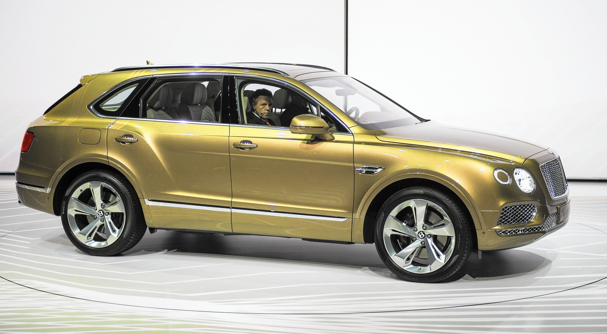 Range Rover Suv >> Bentley Bentayga is the world's fastest, most luxurious ...
