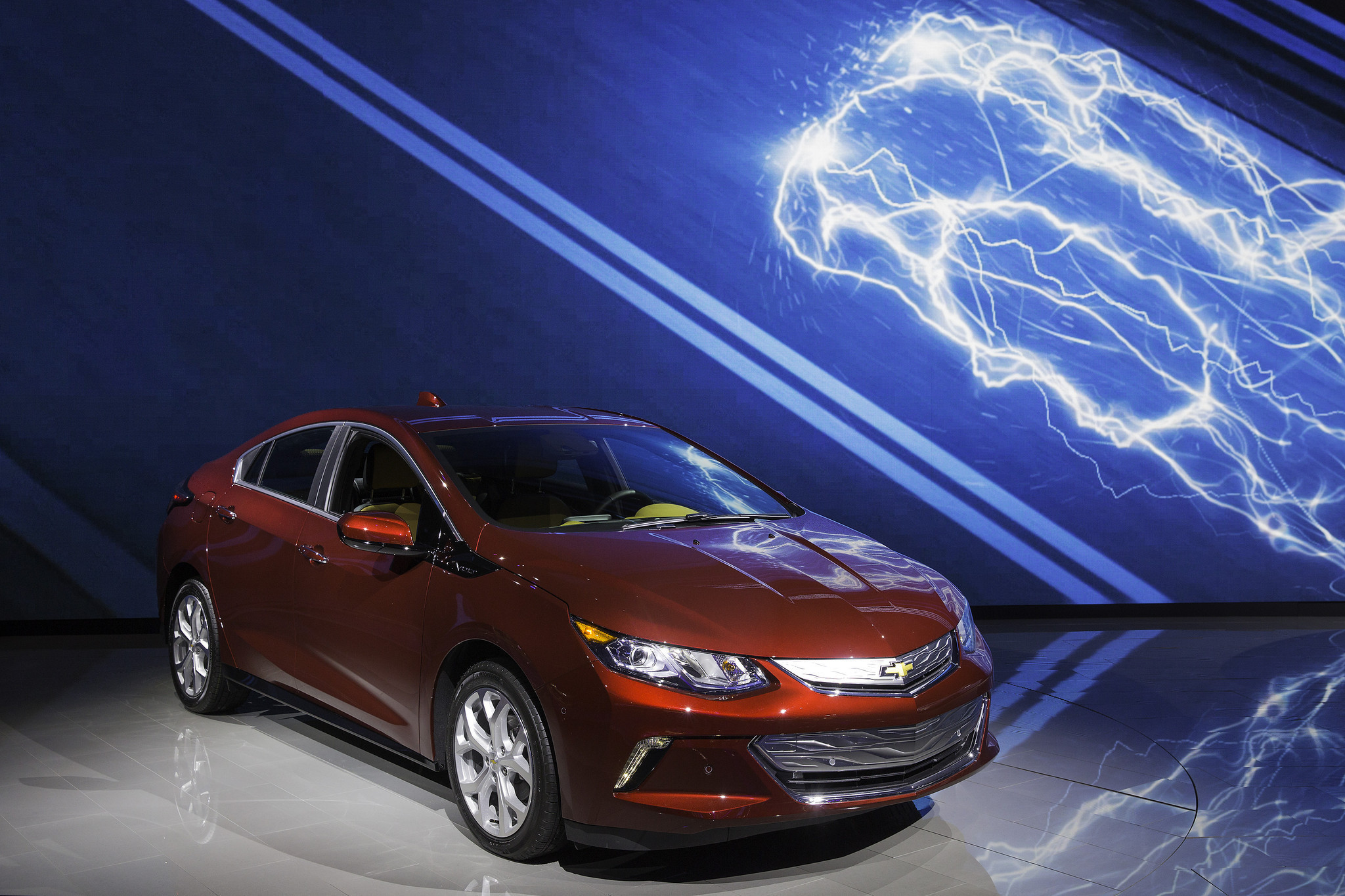 Electric Cars Vs Gas Cars >> California emissions rules charge debate over all-electric ...