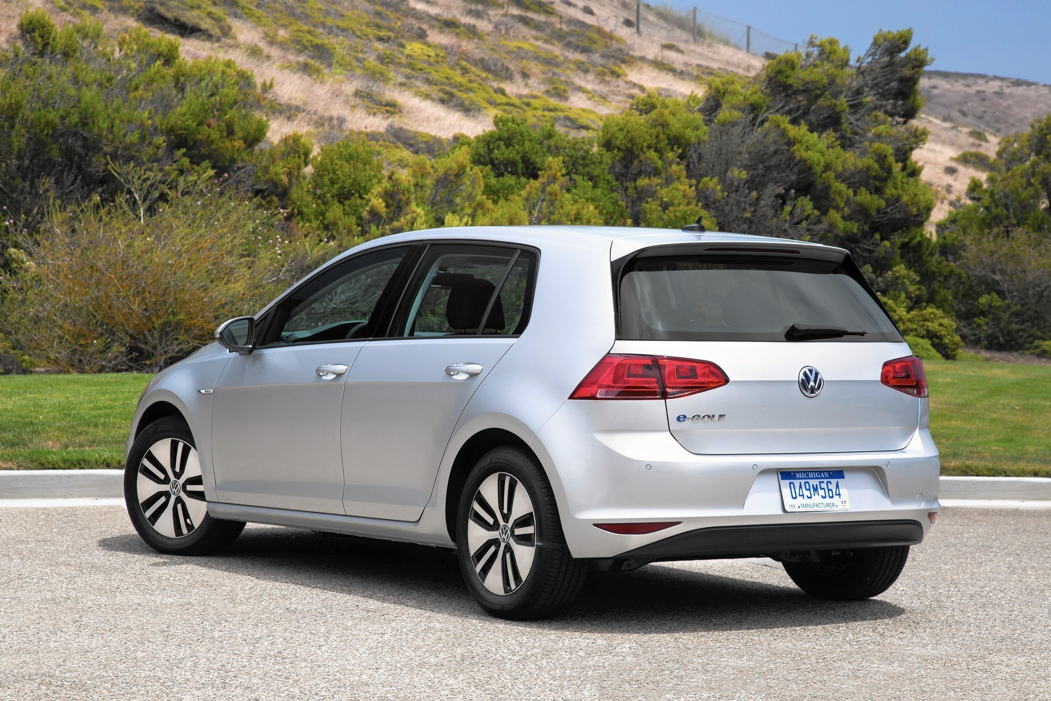car review vw 39 s all electric e golf is as zippy and roomy. Black Bedroom Furniture Sets. Home Design Ideas