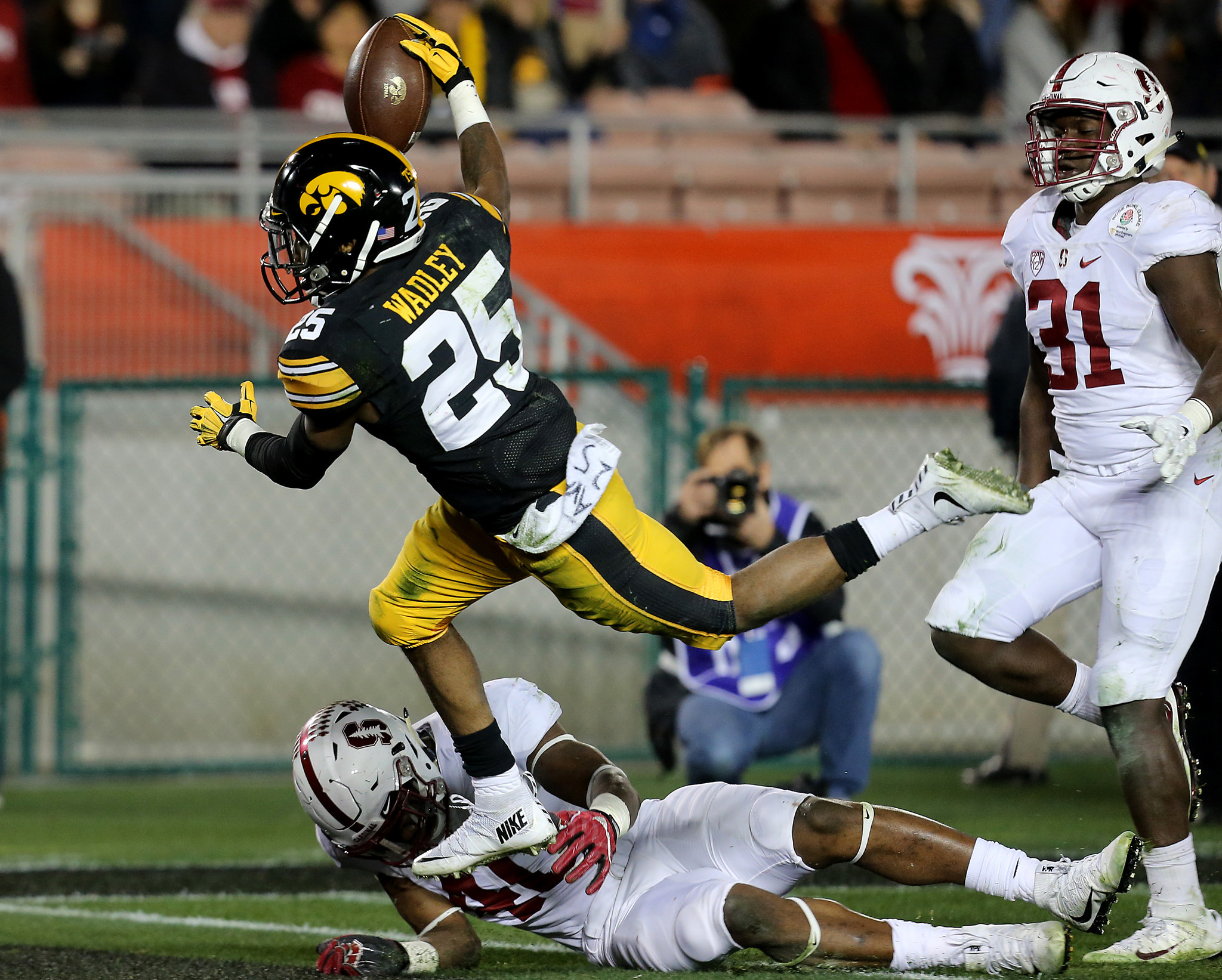 Akrum Wadley dives into the end zone for a touchdown. (Luis Sinco / Los Angeles Times)