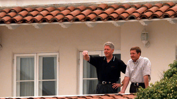 Former President Bill Clinton and billionaire Ron Burkle in 1997. (Gina Ferazzi / Los Angeles Times)
