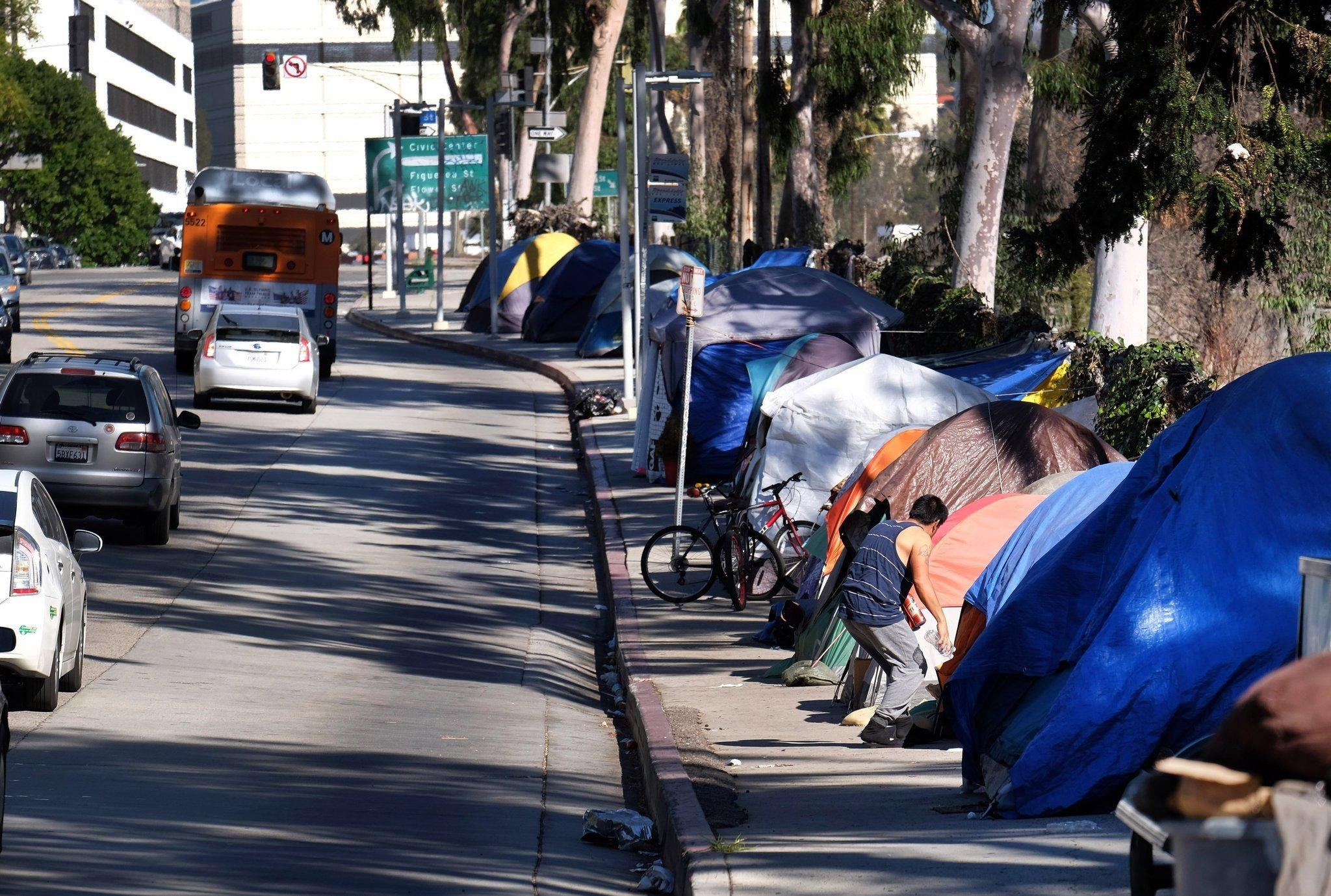 Sumber: http://www.trbimg.com/img-56bad57a/turbine/la-ed-homelessness-plans-20160210