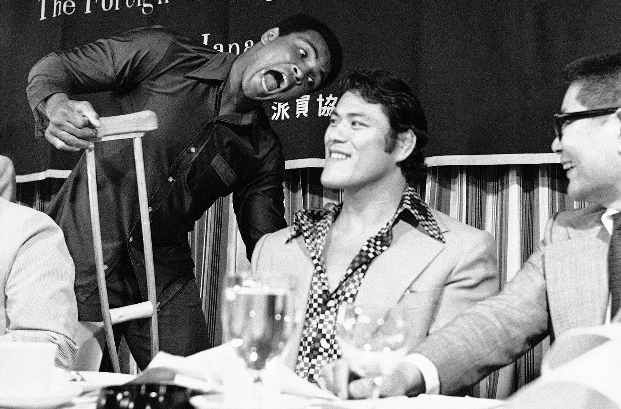 Muhammad Ali re-gifts a crutch to Antonio Inoki.