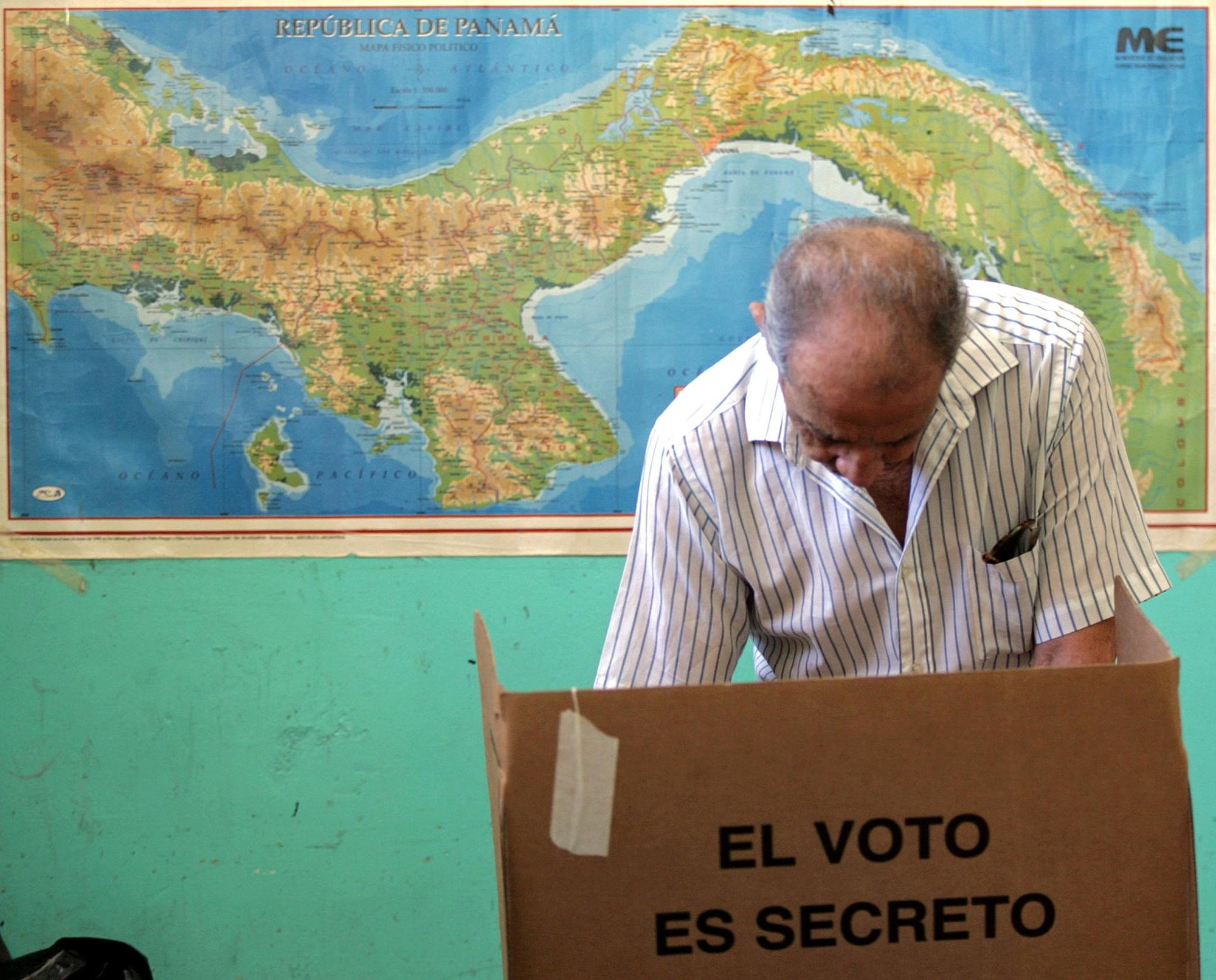 A Panamanian citizen casts his vote during the referendum for the widening of the Panama Canal on October 22, 2006, in Panama City.