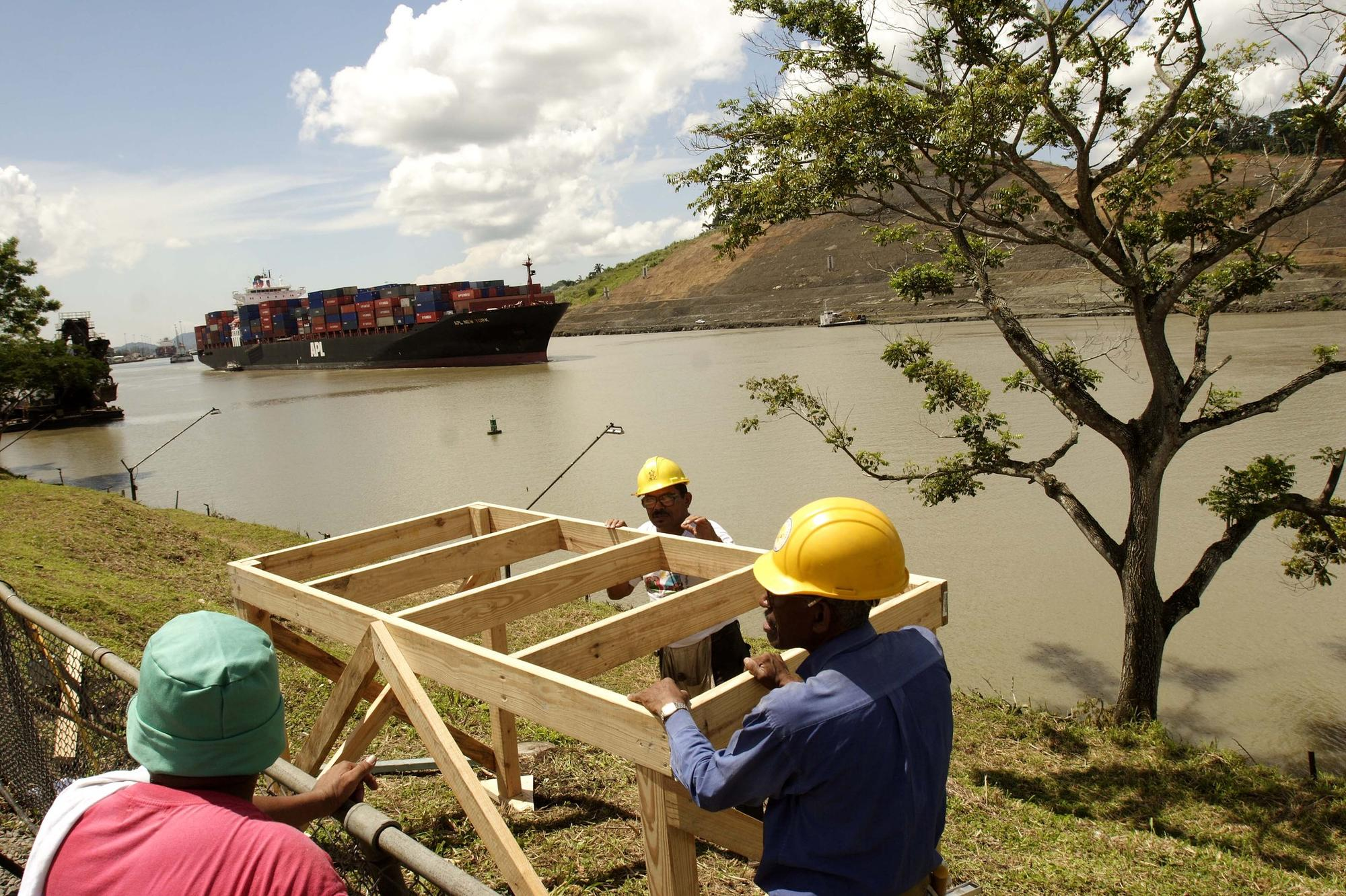 Workers along the Panama Canal in Paraiso, on the outskirts of Panama City, in 2007.