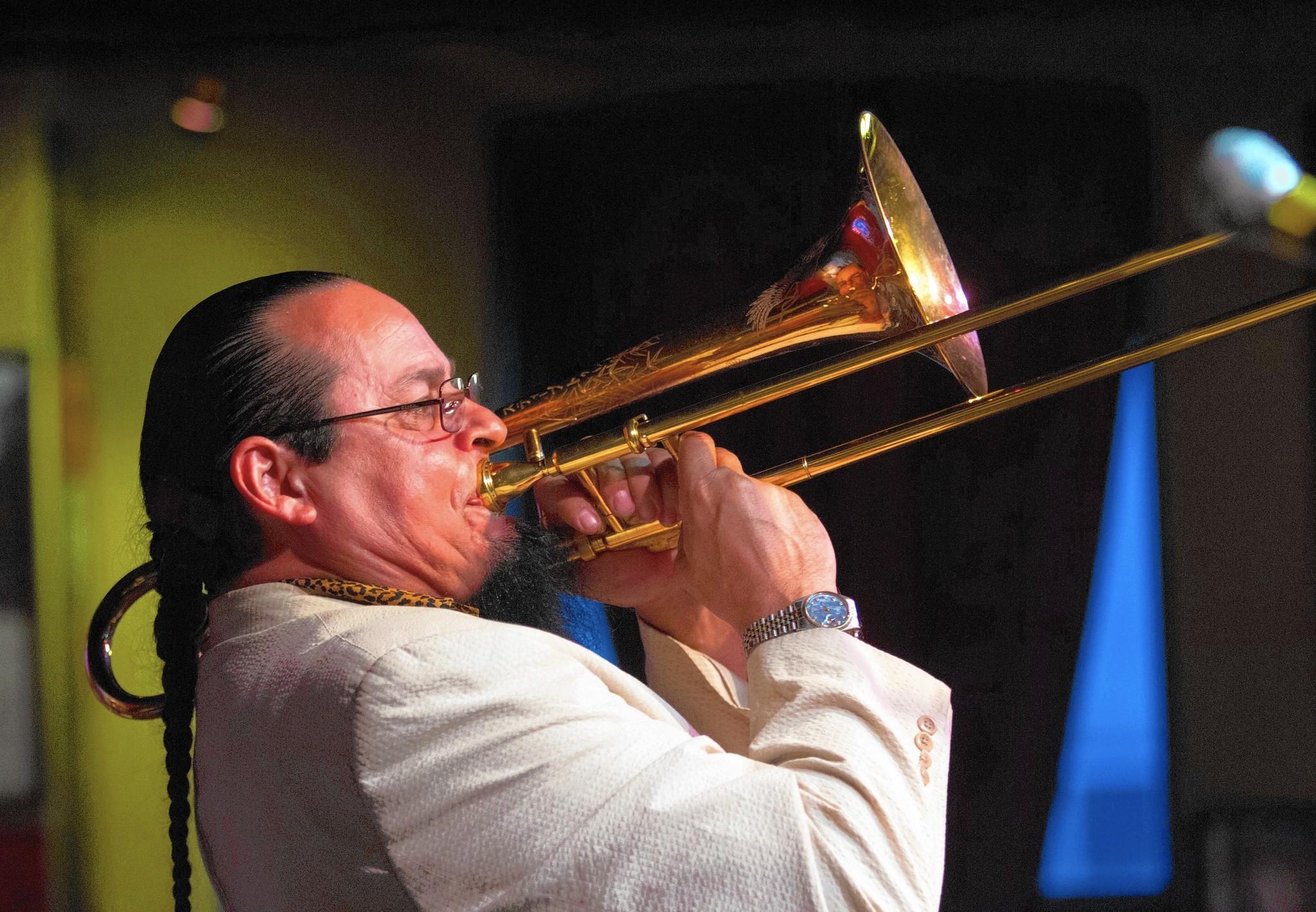 Trombonist Steve Turre shows mastery in many ways - Chicago Tribune