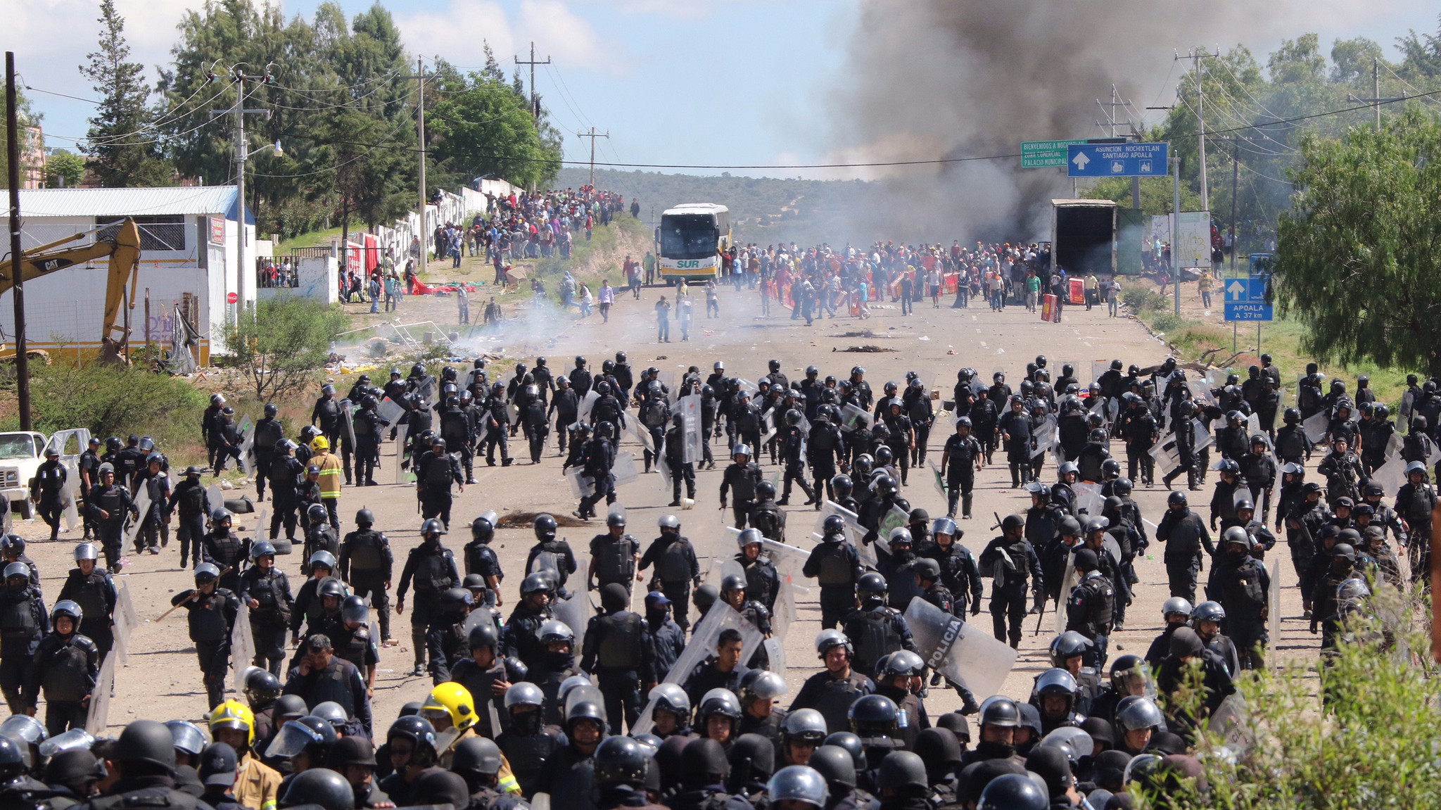 About 800 federal and state officers were sent to Nochixtlan to remove the roadblock erected by protesting teachers.