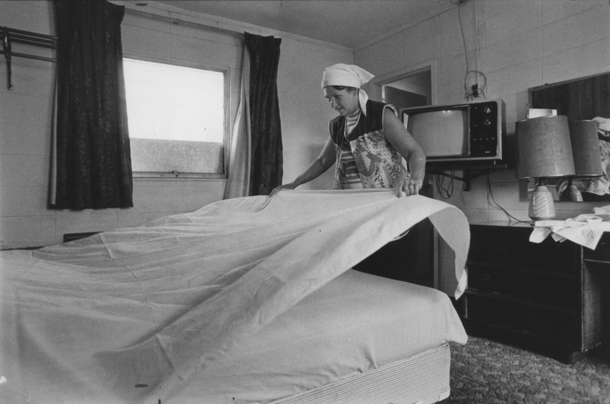 Geraldine Guest At Work As A Cleaning Woman The Oleander Motel In Brunswick Georgia Iris Schneider Los Angeles Times View More Photos