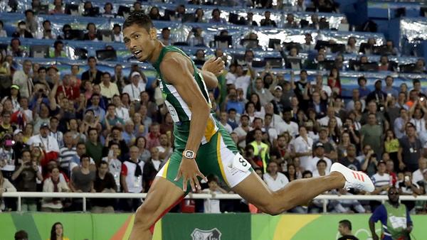 Wayde van Niekerk sets world record of 43.03 in winning men's 400 gold