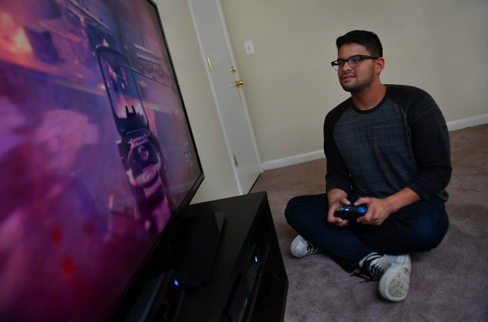 0f29b6bc9434 Study finds young men are playing video games instead of getting jobs -  Chicago Tribune