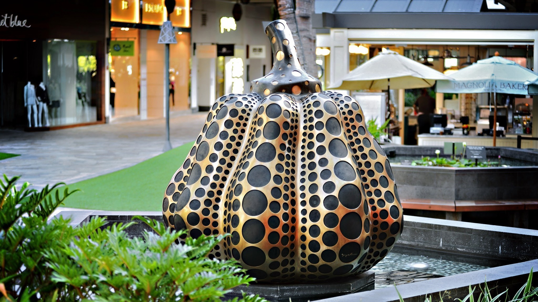 Fashionable Shopping Mall In Honolulu Doubles As An Art