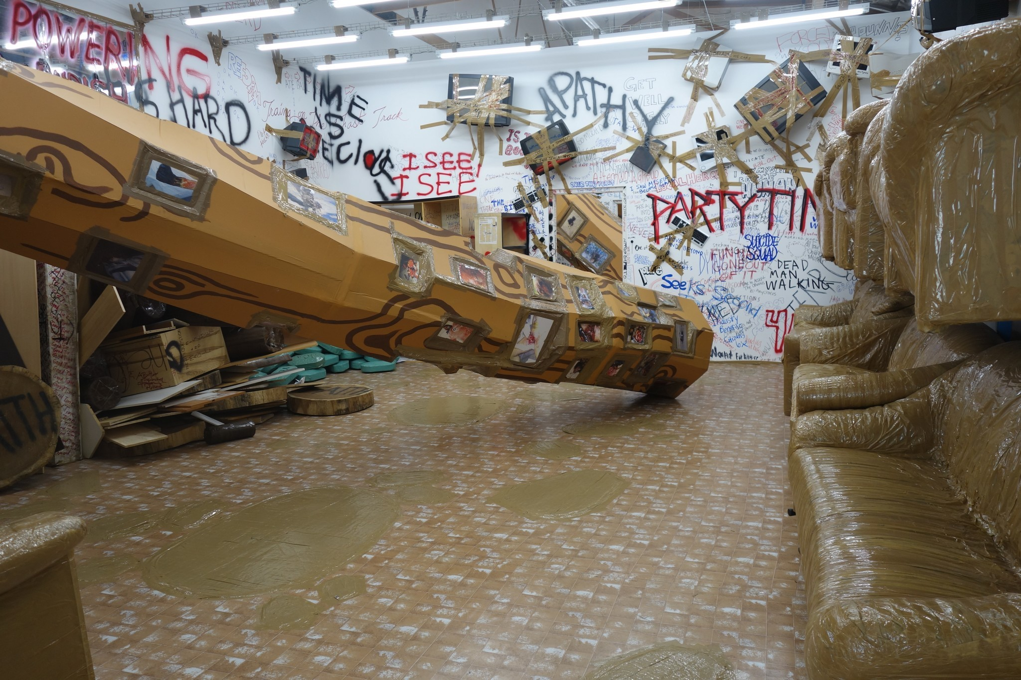"""""""Thomas Hirschhorn: Stand-alone,"""" installation view at the Mistake Room, Los Angeles."""