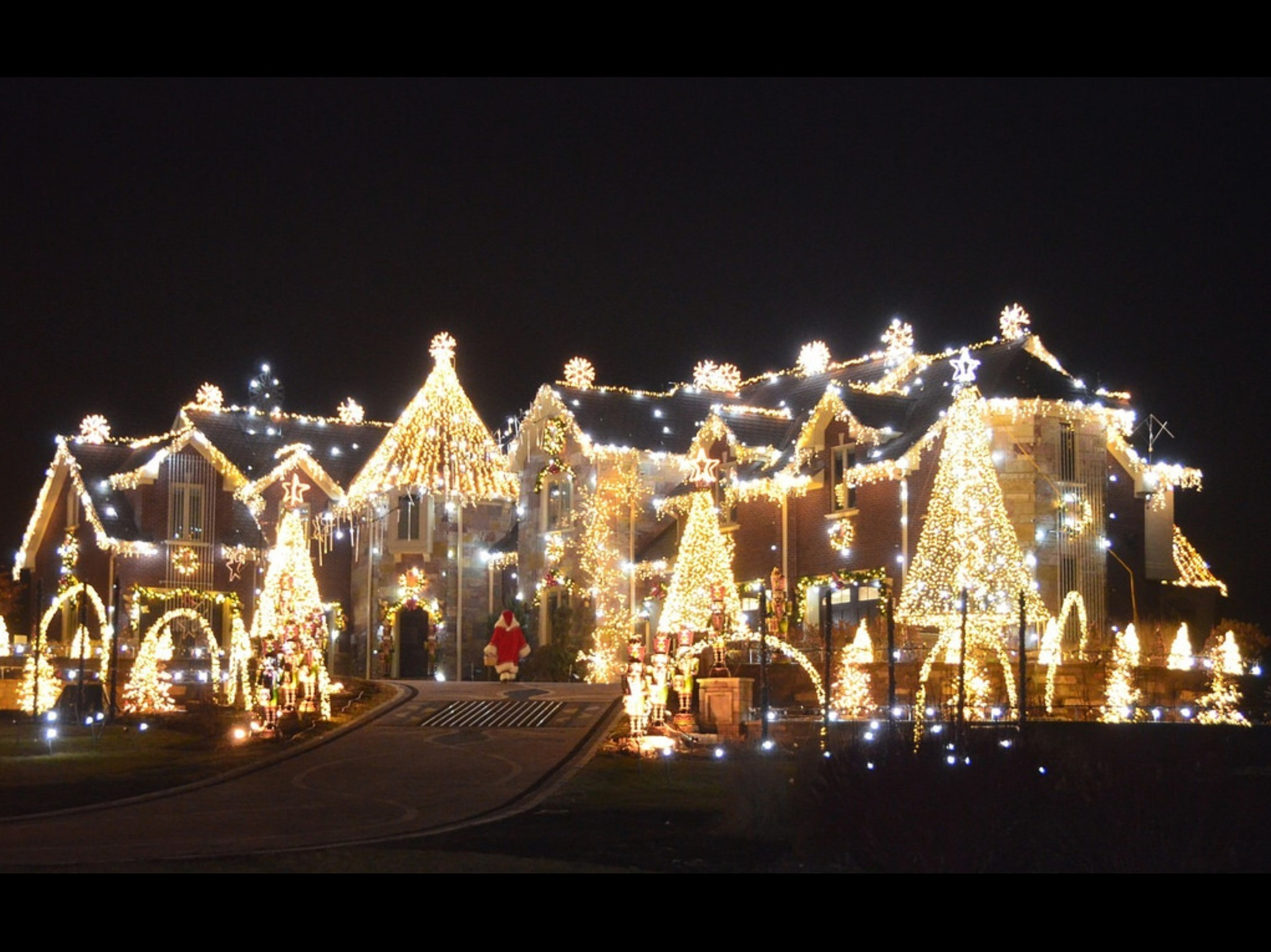 Donations, volunteers roll in to keep holiday light spectacle alive ...