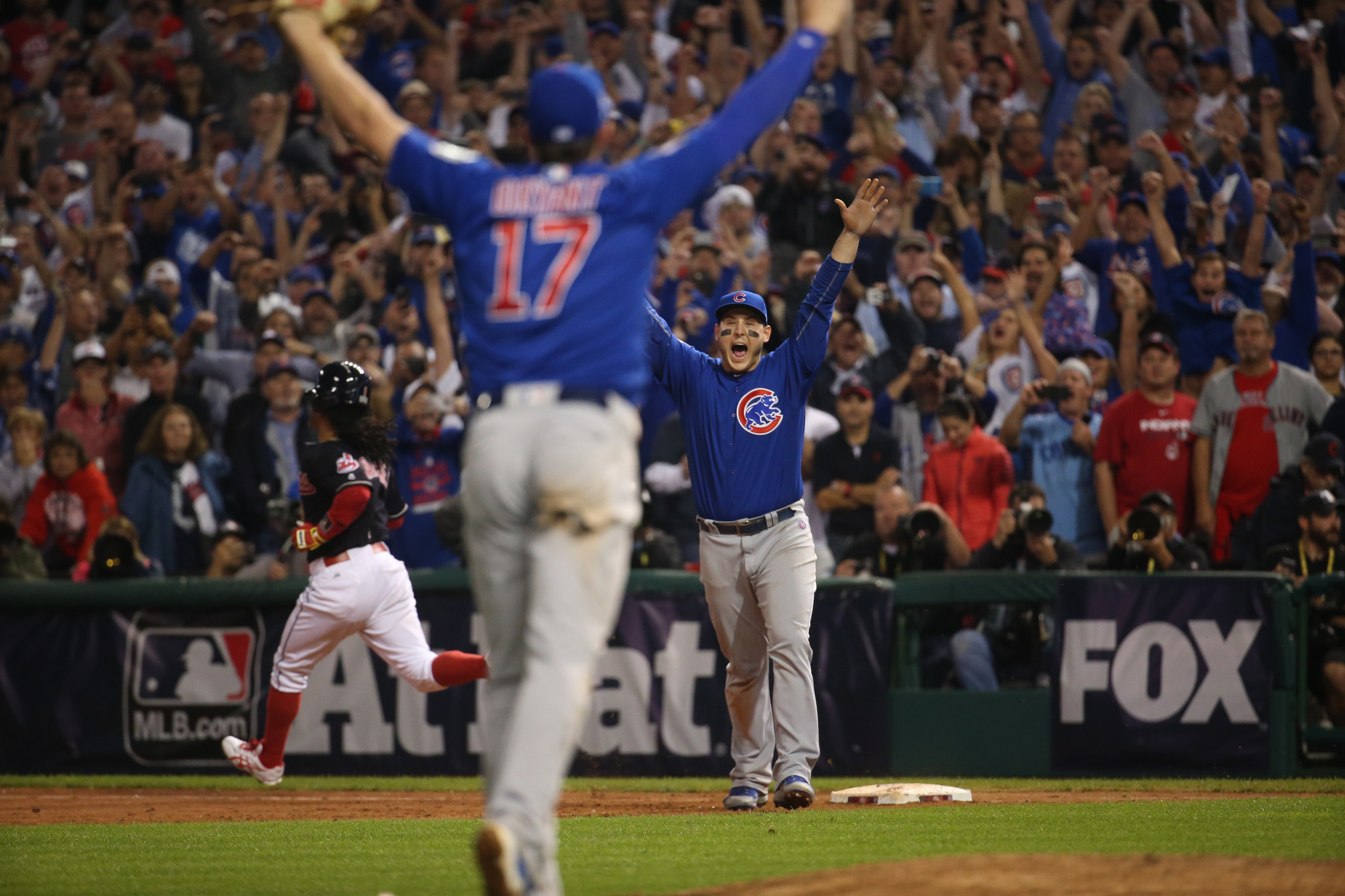 b94864d92bf Chicago Cubs win World Series championship with 8-7 victory over Cleveland  Indians - Chicago Tribune