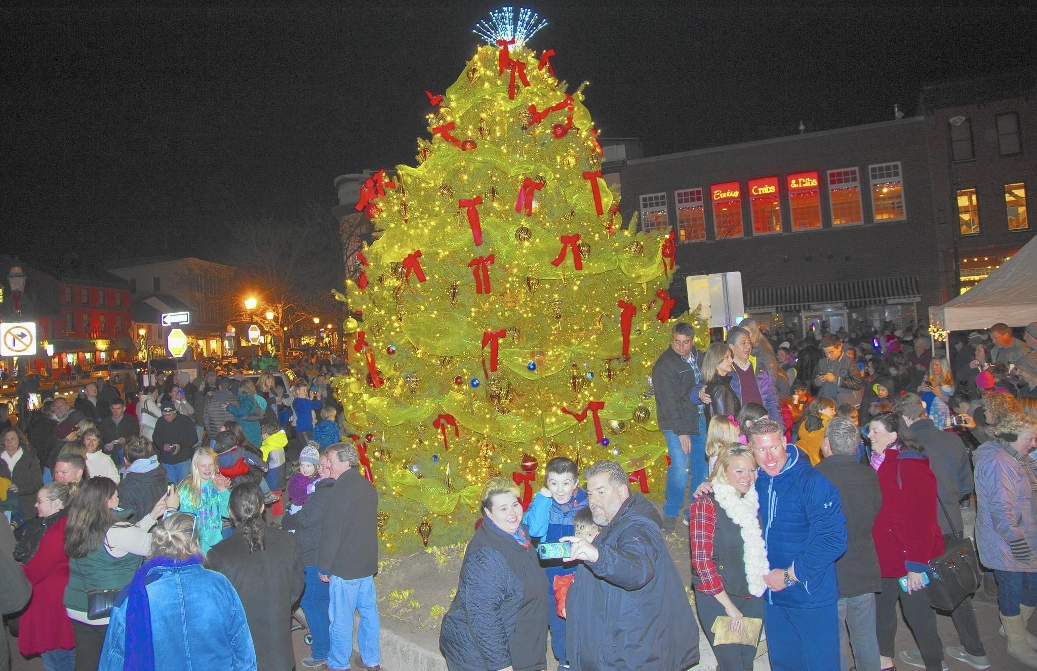 Hundreds gather downtown for Annapolis Christmas tree lighting ...
