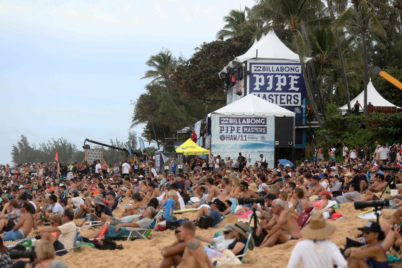 425dd2d485 PHOTOS  2016 Billabong Pipe Masters at Banzai Pipeline in Hawaii ...